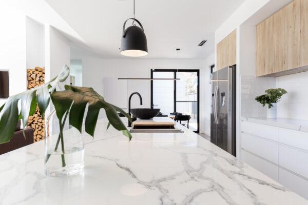 Image of marmol blanco encimera cocina 1 in Silestone o mármol, ¿cuál es la mejor opción para tu hogar? - Cosentino