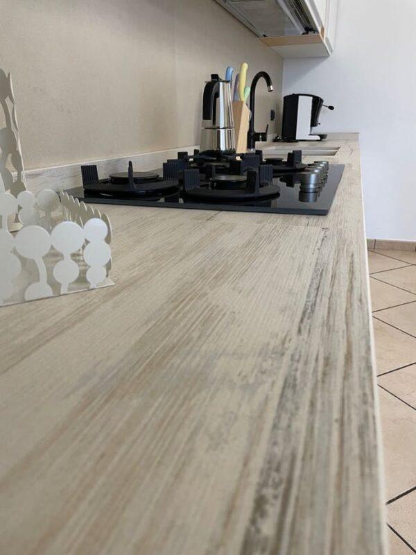 Cocina con encimera imitando madera