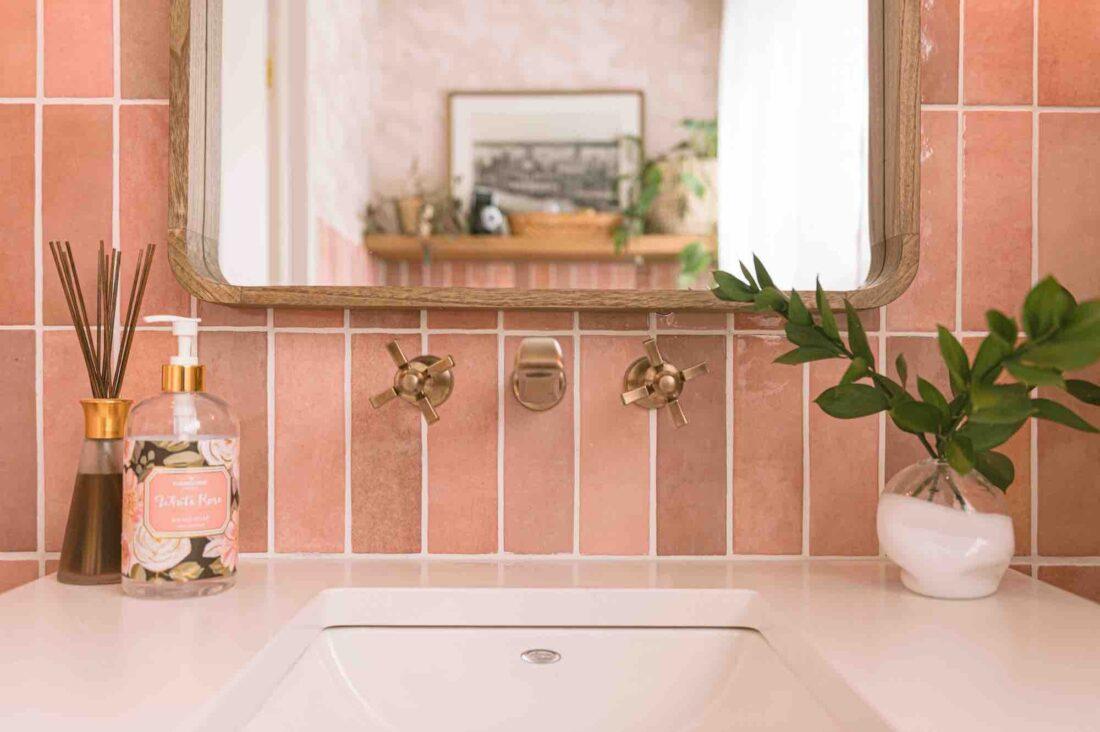 Pense rose! Rebekah Higgs transforme sa salle d'eau en une retraite tropicale