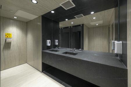 Image of WC overall sink area scaled in Un coup d'oeil à l'intérieur de la cuisine de ferme moderne de Jaime Damak - Cosentino