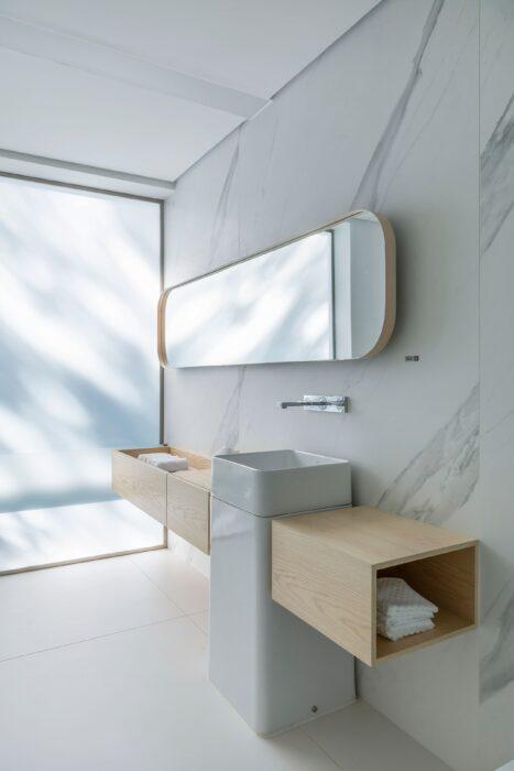 Image of Casa Conteiner Dekton Silestone Sensa 5 in Cinque straordinarie idee di design per stanze da bagno in bianco e grigio - Cosentino