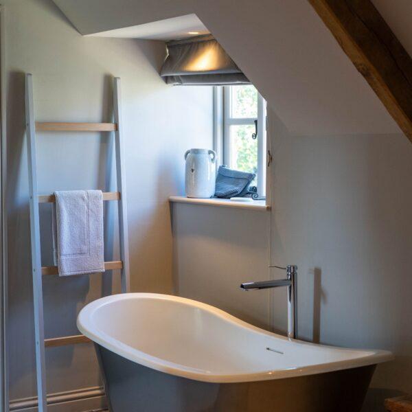 Image of baño gris blanco in Cinque straordinarie idee di design per stanze da bagno in bianco e grigio - Cosentino