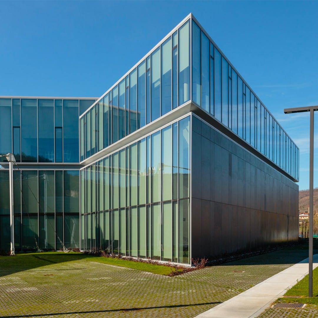 Una facciata ventilata in Dekton® Domoos by Cosentino per AEC Illuminazione