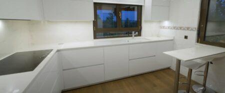 Image of Cocina blanca Dekton Tundra in Modular kitchens: practical and versatile - Cosentino