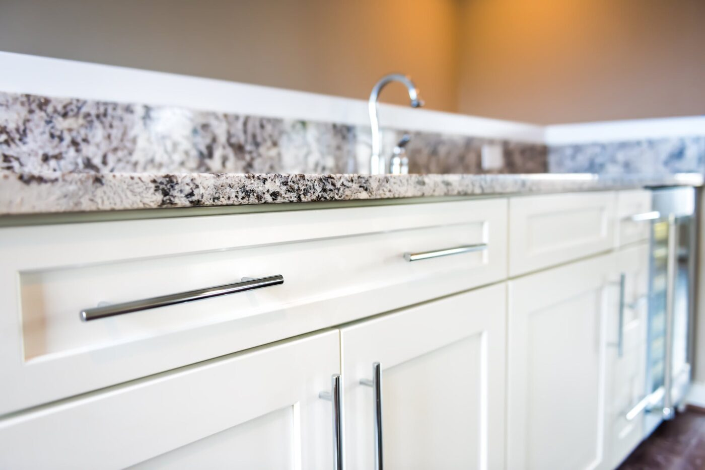 Image of iStock 900213558 2 in Quartz or granite: examples to help you choose the ideal material for your kitchen countertop - Cosentino