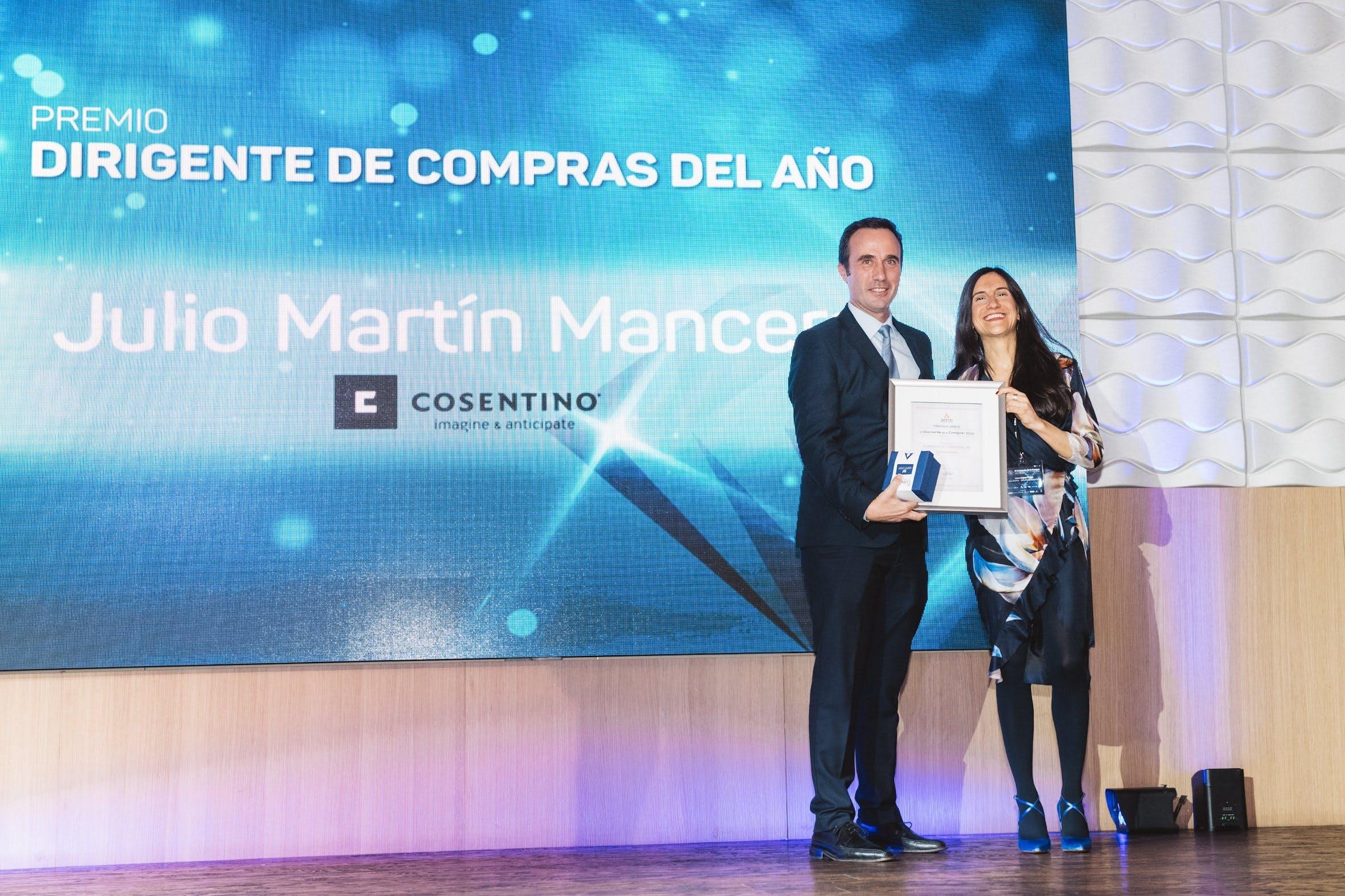 """Image of Premio Aerce Mejor Directivo Julio Martin 1 in Cosentino shines in the X Edition of the """"El Diamante de la Compra"""" Awards - Cosentino"""