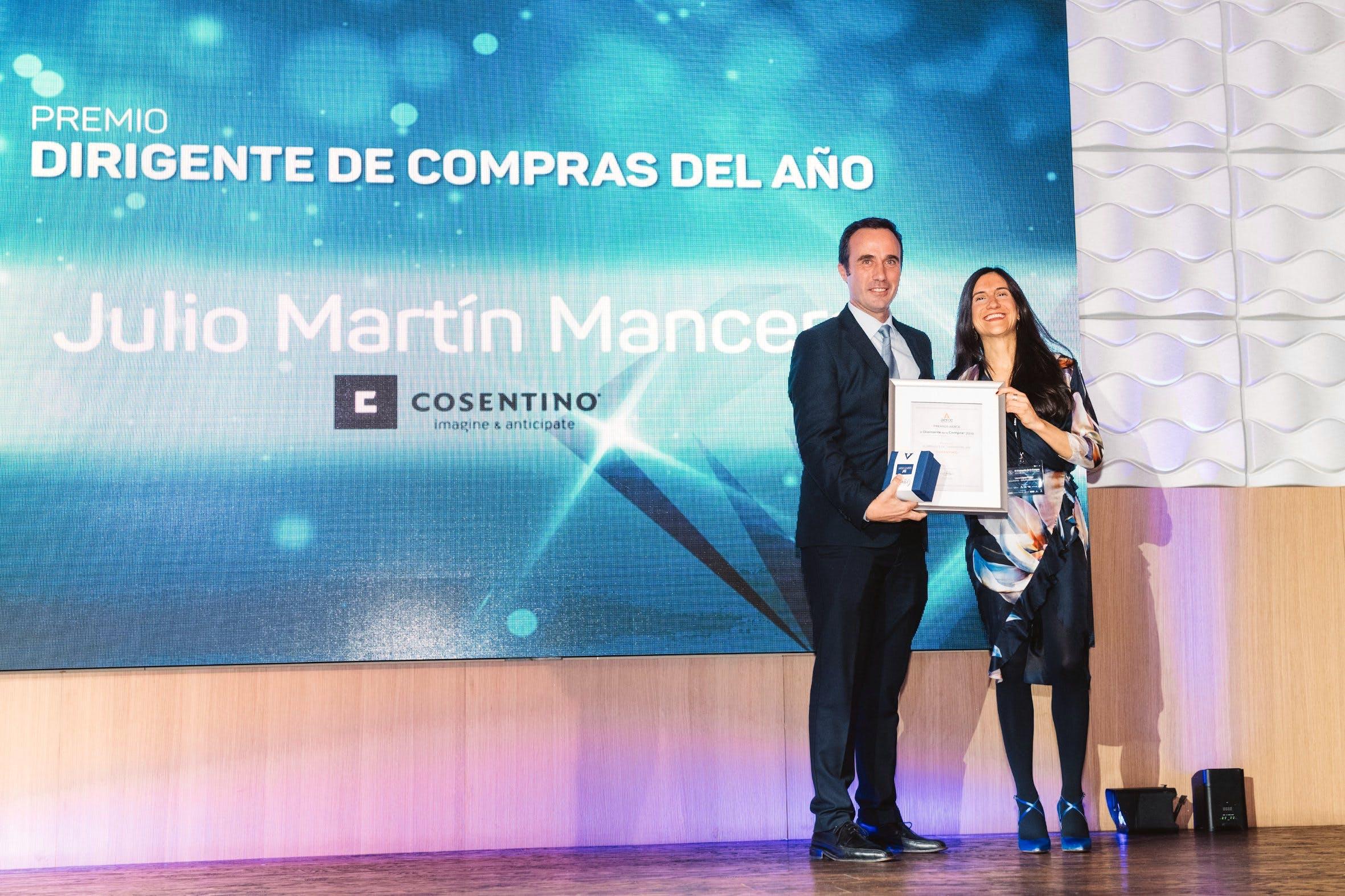 """Image of Premio Aerce Mejor Directivo Julio Martin 2 in Cosentino shines in the X Edition of the """"El Diamante de la Compra"""" Awards - Cosentino"""